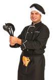 Chefmann, der Küchengeräte zeigt stockfotografie