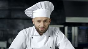 Chefmann, der sich vorbereitet, am K?chenrestaurant zu kochen Porträt des ernsten männlichen Chefs stock video