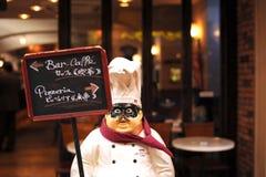 Chefpuppe vor Gaststätte Stockfoto