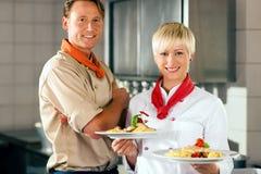 Chefs dans une cuisine de restaurant ou d'hôtel Photo stock