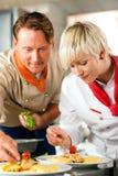 Chefs dans une cuisson de cuisine de restaurant ou d'hôtel Photographie stock