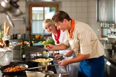 Chefs dans une cuisson de cuisine de restaurant ou d'hôtel Image libre de droits