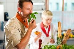 Chefs dans une cuisson de cuisine de restaurant ou d'hôtel Images libres de droits
