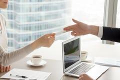 Chefs de file des affaires féminins et masculins partageant des contacts photographie stock libre de droits