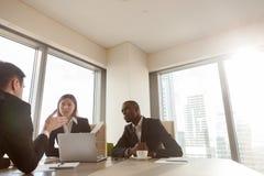 Chefs de file des affaires multinationaux parlant sur la réunion Images stock