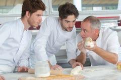 Chefs de pâtisserie dans la formation images libres de droits