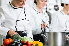 Chefs, die Mahlzeiten in der Handelsküche vorbereiten Stockfotos