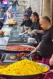 Chefs, die Nahrung auf der Straße in London kochen lizenzfreies stockbild