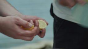 Chefs faisant la salade avec les pommes de terre, les poivrons verts, le persil, les brindilles cuites de romarin et le citron s' banque de vidéos