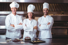 Chefs glücklich und stolz, den Kuchen darzustellen, den sie gerade machten Stockfotos