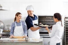 Chefs heureux faisant cuire au four dans la cuisine Photos libres de droits
