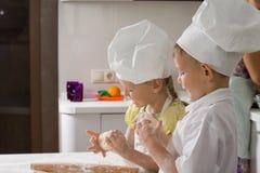 Chefs mignons d'enfant faisant cuire au four pour la pizza Image libre de droits