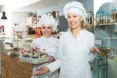 Chefs rencontrant des clients à la porte Image stock
