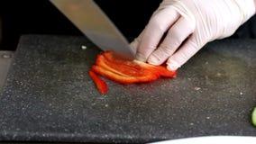 Chefschnittscheiben von roten Pfeffern mit Messer auf Schneidebrett stock video footage