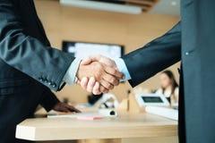 ChefShaking Hands With kollega efter affärsmötet för avtal fotografering för bildbyråer