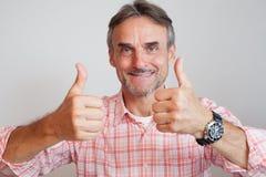 Chefstjänstemanaffärschef - tummar upp royaltyfri fotografi