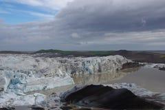 Chegada de Islândia de uma geleira em uma água marrom foto de stock royalty free
