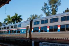 A chegada do trem azul do tri trilho na estação do parque de Mangonia foto de stock