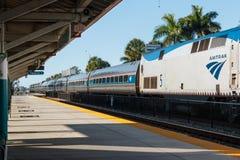 A chegada do trem azul do tri trilho na estação do parque de Mangonia na palma ocidental fotografia de stock