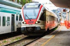 Chegada do trem regional italiano imagem de stock