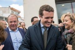 Chegada e cumprimentos do l?der de Pablo Casado do partido popular conservador em Caceres, Espanha foto de stock royalty free