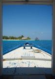 Chegada em uma ilha do paraíso no dhoni de Maldivas que aterra Mar-16-09 Fotografia de Stock Royalty Free