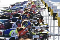 Cheile Gradistei, Roamania - Januari 30: Onbekende concurrent in IBU Youth& Junior World Championships Biathlon stock afbeeldingen