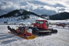 Cheile Gradistei, Rumänien - 24. Januar: Schnee-Pflegenmaschine auf dem Schneehügel bereit zu Ski fahrenden Steigungsvorbereitung Stockbilder