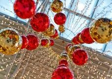Cheio-esferas brilhantes do vermelho e do ouro fotografia de stock royalty free