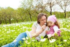 Cheirando uma flor Imagem de Stock Royalty Free