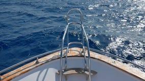 Cheire a curva do iate, barco ou o navio disseca as ondas azuis 4k do mar vídeos de arquivo