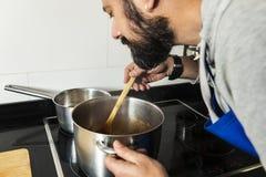 Cheiro amador do cozinheiro o alimento que está sendo preparado fotos de stock royalty free