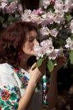 Cheiro da menina uma flor Imagens de Stock Royalty Free