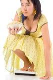 cheking девушка еды диетпитания ее нездоровый вес Стоковые Фотографии RF