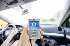 Cheking hastighet och riktning för man på GPS skärmen Arkivbilder