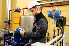 Cheking Sonden des Technikeringenieurs drücken Sensoren auf Wirtschaftsmachtraffinerieanlage lizenzfreies stockfoto