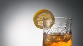 CHELIÁBINSK, RUSIA - abril 10,2018 vidrios del whisky escocés mezclado más fino Ballantines Logo Delicious Scotch Whisky Ballanti Imagen de archivo libre de regalías