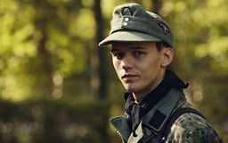 CHELIÁBINSK, RUSIA - 24 DE SEPTIEMBRE DE 2016: Reconstrucción histórica de la Segunda Guerra Mundial, soldado alemán Foto de archivo