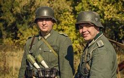 CHELIÁBINSK, RUSIA - 24 DE SEPTIEMBRE DE 2016: Reconstrucción histórica de la Segunda Guerra Mundial, soldado alemán Imagen de archivo libre de regalías