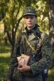 CHELIÁBINSK, RUSIA - 24 DE SEPTIEMBRE DE 2016: Reconstrucción histórica de la Segunda Guerra Mundial, soldado alemán Foto de archivo libre de regalías