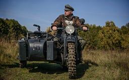 CHELIÁBINSK, RUSIA - 24 DE SEPTIEMBRE DE 2016: Reconstrucción histórica de la Segunda Guerra Mundial, soldado alemán en la bici Fotografía de archivo libre de regalías