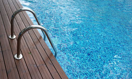 Échelle de Chrome dans la piscine Photographie stock libre de droits