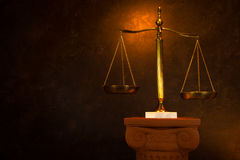 Échelle de justice sur la colonne grecque Images libres de droits