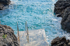 Échelle de Swimm dans la mer Photographie stock libre de droits
