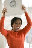 Échelle heureuse de fixation de femme de couleur Photo libre de droits