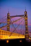 Chelsea Bridge som drömmer med dess diamantljussparkels Arkivfoto