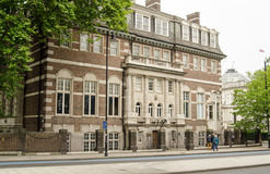 Chelsea College of Arts, London. Pedestrians walking past part of the historic campus belonging to Chelsea College of Arts, part of the University of the Arts Stock Photos