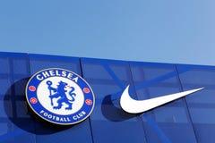 Chelsea-Fußballverein und Nike-Logo auf einer Wand bei Stamford überbrücken Stadion lizenzfreie stockfotos