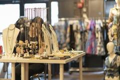 CHELSEA MARKNAD, NEW YORK CITY, USA - 21 Juli 2018: Smycken shoppar Säljareflickahandstil i anteckningsbok Trött säljare royaltyfri fotografi