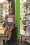 CHELSEA MARKNAD, NEW YORK CITY, USA - 21 Juli 2018: Uttråkad kvinna som väntar någon i Chelsea Market royaltyfri fotografi